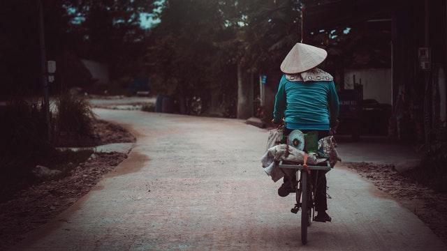 1-người-phụ-nữ-bán-hàng-trên-chiếc-xe-đạp-bình-dị