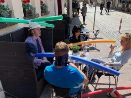 """Đội """"nón giữ khoảng cách"""" khi uống cafe ở Đức"""
