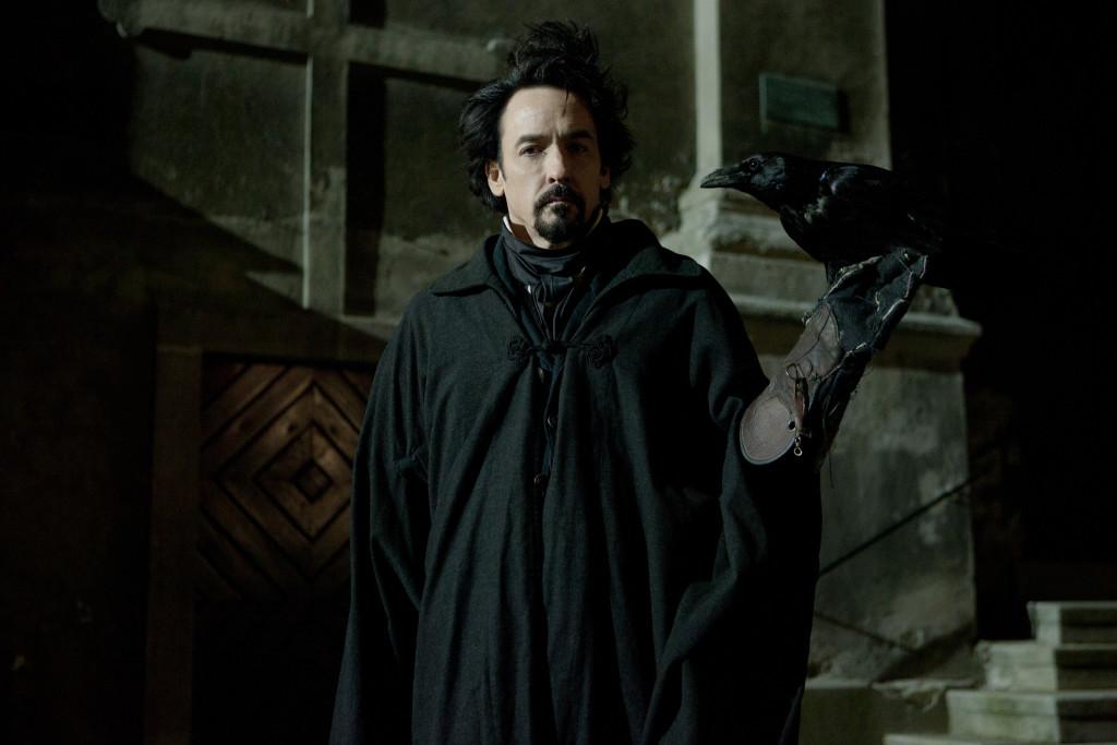 John Cusack trong vai nhà văn Edgar Allan Poe